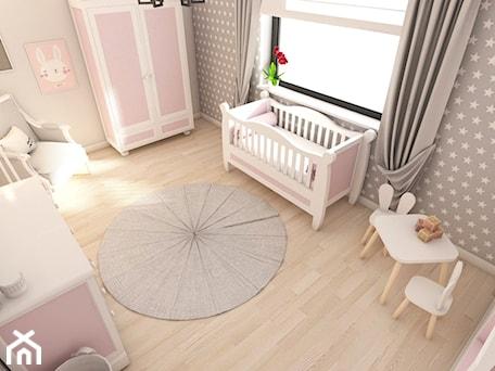 Biały dom - projekt aranżacji wnętrz w domu jednorodzinnym Kalej pod Częstochową - Mały biały szary beżowy pokój dziecka dla dziewczynki dla niemowlaka, styl skandynawski - zdjęcie od art-park sp. z o.o.