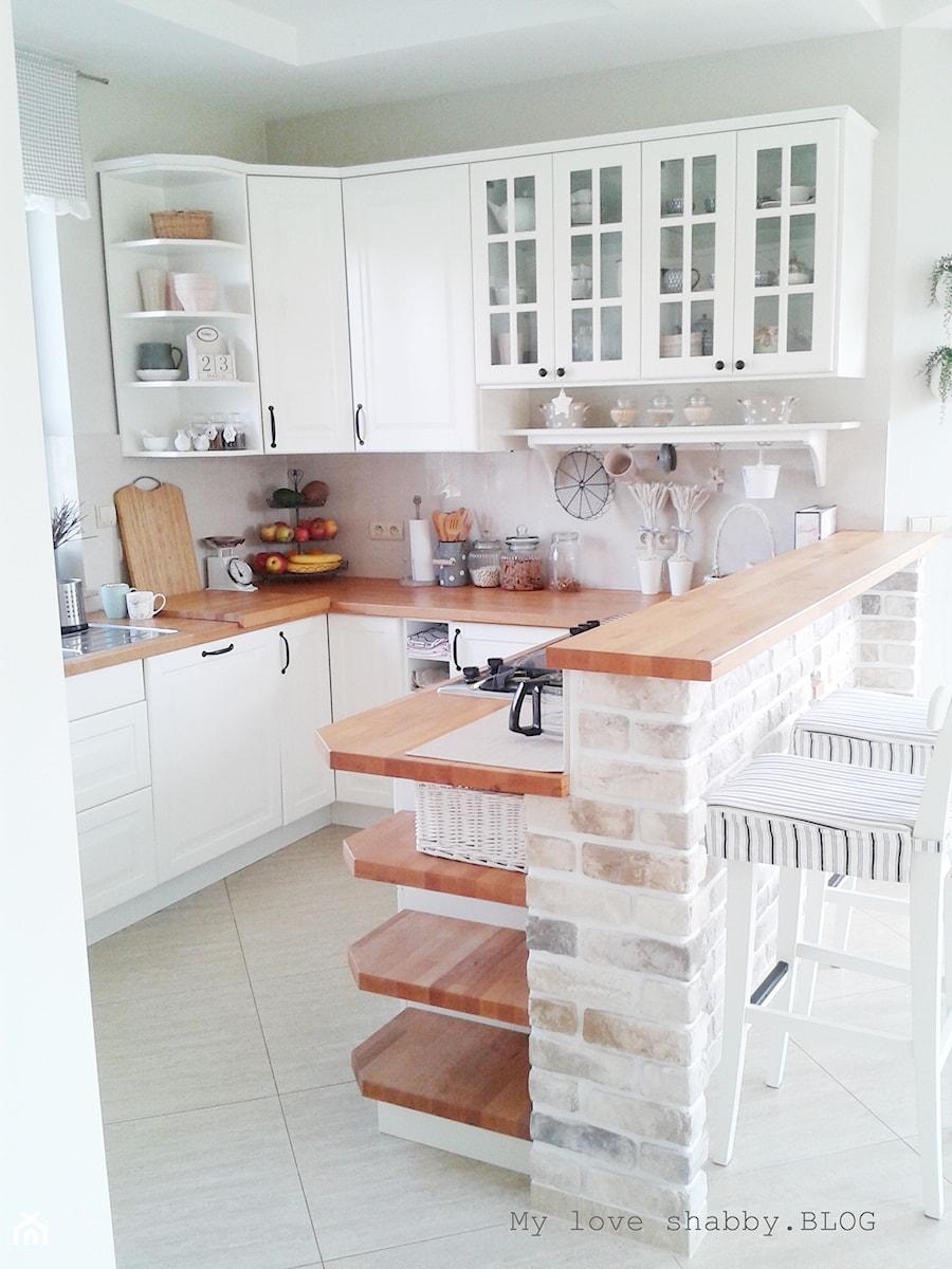 Biała kuchnia z drewnianymi blatami Kuchnia  zdjęcie od MLS blog