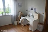 białe biurko i krzesło w stylu skandynawskim