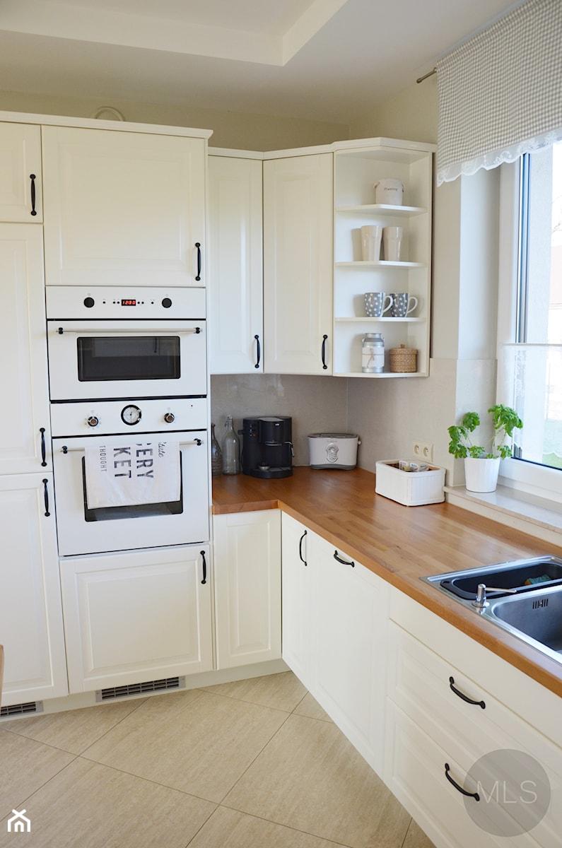 Biała kuchnia z drewnianym blatem - zdjęcie od MLS.blog