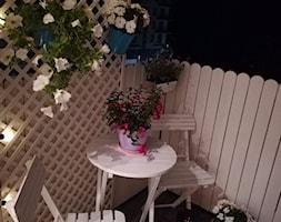 #kwiatowekompozycje - Mały taras z przodu domu z tyłu domu - zdjęcie od Anna28