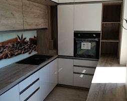 Mała otwarta beżowa kuchnia w kształcie litery u z oknem, styl nowoczesny - zdjęcie od AX MEBEL - Homebook