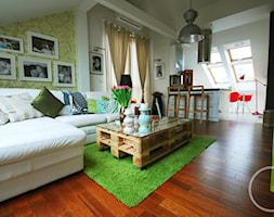 Mieszkanie na poddaszu - Mały kolorowy salon z kuchnią z jadalnią - zdjęcie od Joanna Pichur Architekt