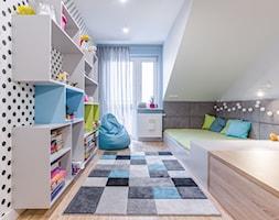 Segment na Białołęce - Średni biały szary pokój dziecka dla chłopca dla dziewczynki dla malucha dla nastolatka, styl nowoczesny - zdjęcie od Iv Design