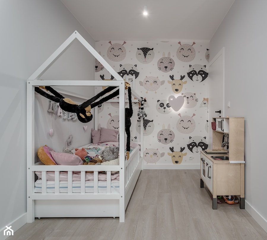 SEGMENT W OŻAROWIE MAZ. - Mały biały szary kolorowy pokój dziecka dla chłopca dla dziewczynki dla malucha, styl skandynawski - zdjęcie od Iv Design