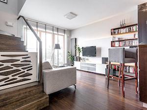 Mieszkanie na Wilanowie - Mały biały salon z bibiloteczką, styl nowoczesny - zdjęcie od Iv Design