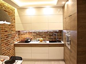 projekt i realizacja 38m2 przed i po - Mała otwarta beżowa brązowa kuchnia w kształcie litery l w aneksie, styl nowoczesny - zdjęcie od REMLINE projekt i realizacja