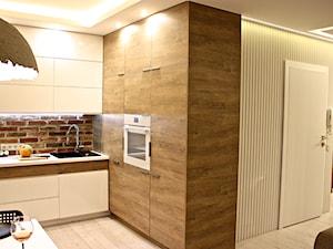 projekt i realizacja 38m2 przed i po - Średnia otwarta biała beżowa kolorowa kuchnia w kształcie litery l w aneksie, styl nowoczesny - zdjęcie od REMLINE projekt i realizacja