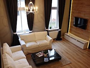 Apartament po gruntownym remoncie w historycznej części Torunia - Średni beżowy brązowy salon - zdjęcie od REMLINE projekt i realizacja