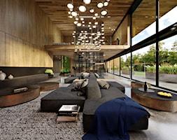 Dom dębem otulony - Duży salon, styl nowoczesny - zdjęcie od KANDO ARCHITECTS - Homebook