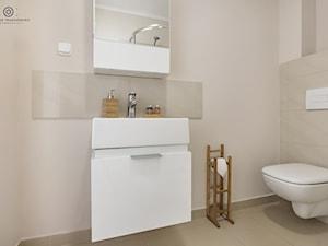 Mała beżowa łazienka na poddaszu w bloku w domu jednorodzinnym bez okna, styl minimalistyczny - zdjęcie od Tomasz Wachowiec Fotografia
