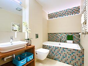 AmberHome Międzyzdroje - Mała beżowa łazienka na poddaszu w bloku w domu jednorodzinnym bez okna - zdjęcie od Tomasz Wachowiec Fotografia