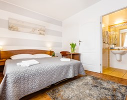 Villa Rimeva Międzyzdroje - Średnia biała szara sypialnia małżeńska na poddaszu z łazienką - zdjęcie od Tomasz Wachowiec Fotografia