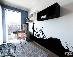 Pokój miłośnika wycieczek rowerowych - Mały biały niebieski czarny pokój dziecka dla chłopca dla nastolatka, styl nowoczesny - zdjęcie od Strzelecka Design