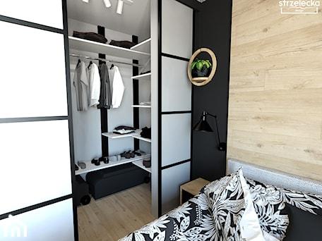 Aranżacje wnętrz - Garderoba: Sypialnia z garderobą - dom w lesie - Garderoba, styl skandynawski - Strzelecka Design. Przeglądaj, dodawaj i zapisuj najlepsze zdjęcia, pomysły i inspiracje designerskie. W bazie mamy już prawie milion fotografii!