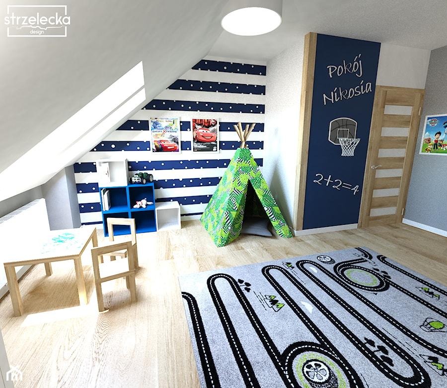 Pokój dla chłopca - Średni biały szary niebieski pokój dziecka dla chłopca dla dziewczynki dla ucznia dla malucha, styl nowoczesny - zdjęcie od Strzelecka Design