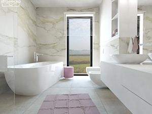 Łazienka z wykorzystaniem płytki calacatta i pudrowego różu