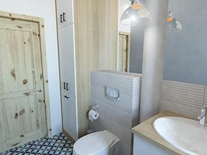 Łazienka w stylu vintage - Mała biała szara łazienka na poddaszu w bloku w domu jednorodzinnym bez okna, styl vintage - zdjęcie od Strzelecka Design