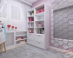 Mieszkanie 57 m2 - Mały szary różowy pokój dziecka dla dziewczynki dla malucha, styl glamour - zdjęcie od Retro Studio