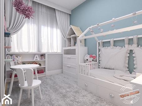 Aranżacje wnętrz - Pokój dziecka: Mieszkanie 57 m2 - Mały biały niebieski pokój dziecka dla dziewczynki dla malucha, styl nowoczesny - Retro Studio. Przeglądaj, dodawaj i zapisuj najlepsze zdjęcia, pomysły i inspiracje designerskie. W bazie mamy już prawie milion fotografii!