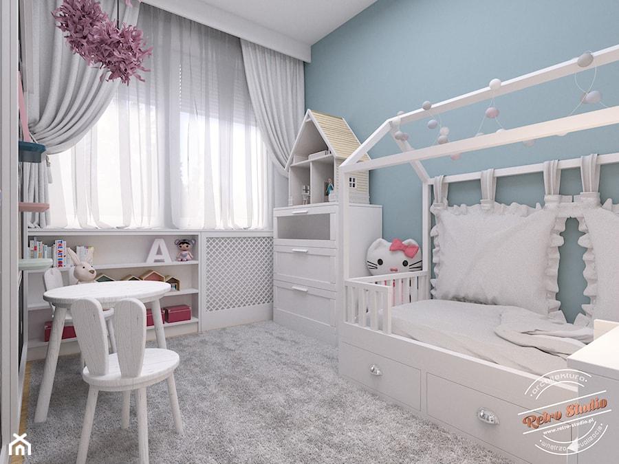 Mieszkanie 57 m2 - Mały biały niebieski pokój dziecka dla dziewczynki dla malucha, styl nowoczesny - zdjęcie od Retro Studio