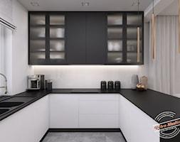 Dom jednorodzinny NP - Mała zamknięta biała kuchnia w kształcie litery u z oknem, styl minimalistyc ... - zdjęcie od Retro Studio - Homebook