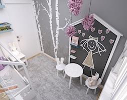 Mieszkanie 57 m2 - Mały biały czarny pokój dziecka dla dziewczynki dla malucha, styl minimalistyczny - zdjęcie od Retro Studio