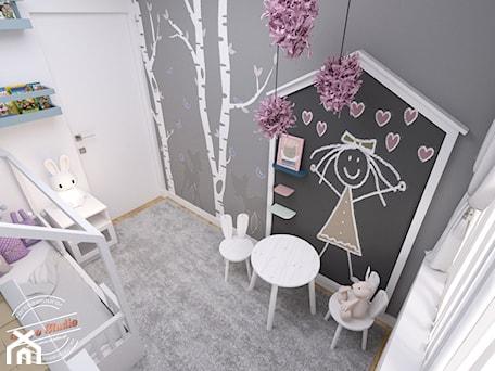 Aranżacje wnętrz - Pokój dziecka: Mieszkanie 57 m2 - Mały biały czarny pokój dziecka dla dziewczynki dla malucha, styl minimalistyczny - Retro Studio. Przeglądaj, dodawaj i zapisuj najlepsze zdjęcia, pomysły i inspiracje designerskie. W bazie mamy już prawie milion fotografii!