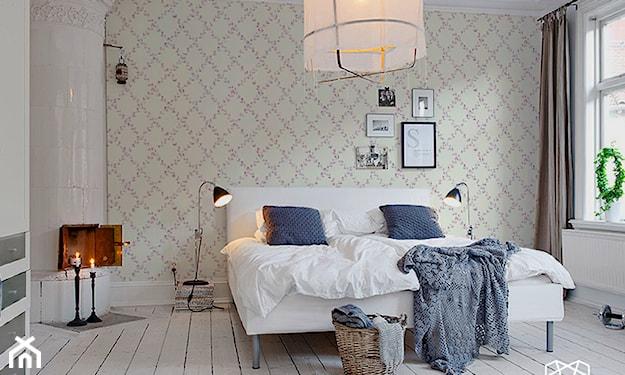 beżowa tapeta w romby i kominek kaflowy w sypialni