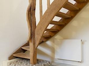 Cementowa podłoga w przedpokoju - inspiracje z płytkami cementowymi - Schody, styl kolonialny - zdjęcie od Cerames