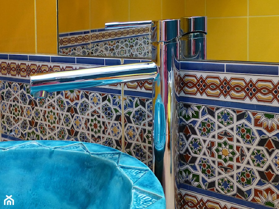 Aranżacje wnętrz - Łazienka: Pasek dekoracyjny z płytek marokańskich w łazience - Cerames. Przeglądaj, dodawaj i zapisuj najlepsze zdjęcia, pomysły i inspiracje designerskie. W bazie mamy już prawie milion fotografii!