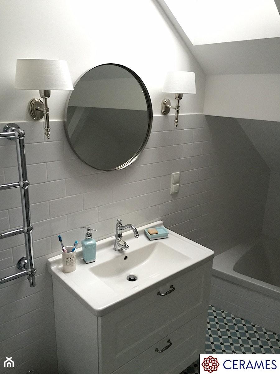 Płytki cementowe w łazience na podłodze - Mała biała łazienka na poddaszu w domu jednorodzinnym z oknem, styl klasyczny - zdjęcie od Cerames