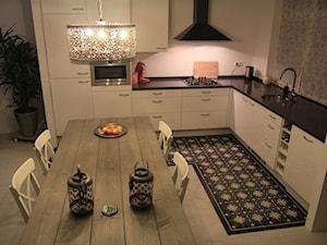 Brązowo-białe płytki na podłodze w kuchni - zdjęcie od Cerames