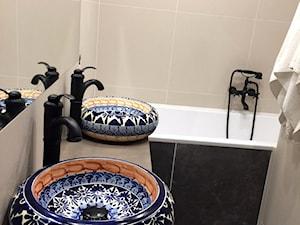 Armatura w łazience - Mała szara łazienka w bloku w domu jednorodzinnym bez okna, styl klasyczny - zdjęcie od Cerames