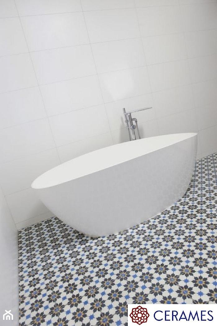 Płytki cementowe w łazience na podłodze - Łazienka w bloku w domu jednorodzinnym bez okna, styl klasyczny - zdjęcie od Cerames - Homebook