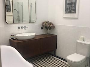 Piękna łazienka w klasycznym stylu, podłoga gorseciki - zdjęcie od Cerames