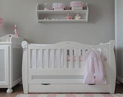 Mały szary pokój dziecka dla dziewczynki dla niemowlaka, styl klasyczny - zdjęcie od Meble Nizio
