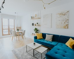 Mieszkanie 62m2 - Wyszków - Mały biały salon z bibiloteczką z jadalnią - zdjęcie od Mieszkanie to wyzwanie