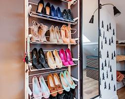 Moje mieszkanie - Mała otwarta garderoba na poddaszu, styl skandynawski - zdjęcie od Mieszkanie to wyzwanie