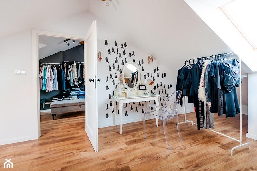 Aranżacje wnętrz - Garderoba: Moje mieszkanie - Średnia zamknięta garderoba przy sypialni na poddaszu, styl skandynawski - Mieszkanie to wyzwanie. Przeglądaj, dodawaj i zapisuj najlepsze zdjęcia, pomysły i inspiracje designerskie. W bazie mamy już prawie milion fotografii!