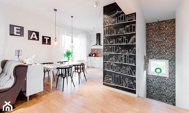 farba tablicowa na ścianie, ozdobne litery na ścianie, czarne krzesła i biały stół, drewniana podłoga