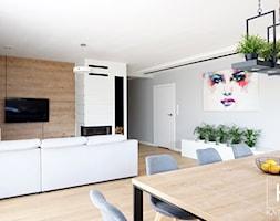 Salon połączony z jadalnią i otwartą kuchnią - zdjęcie od Katrilo Projektowanie wnętrz