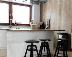 Realizacja dom jednorodzinny - Średnia otwarta biała kuchnia jednorzędowa z wyspą - zdjęcie od Katrilo Projektowanie wnętrz - Homebook