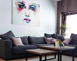 Realizacja dom jednorodzinny - Mały biały czarny salon - zdjęcie od Katrilo Projektowanie wnętrz - Homebook