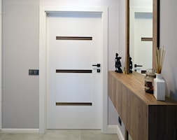 Realizacja dom jednorodzinny - Mały szary hol / przedpokój - zdjęcie od Katrilo Projektowanie wnętrz - Homebook