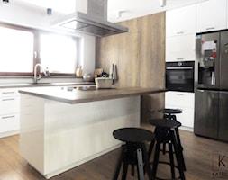 Realizacja dom jednorodzinny - Średnia zamknięta biała kuchnia w kształcie litery l z wyspą z oknem - zdjęcie od Katrilo Projektowanie wnętrz - Homebook