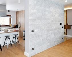 Realizacja dom jednorodzinny - Średnia otwarta biała kuchnia w kształcie litery g z oknem - zdjęcie od Katrilo Projektowanie wnętrz - Homebook