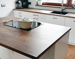 Realizacja dom jednorodzinny - Średnia otwarta biała kuchnia jednorzędowa w aneksie z wyspą z oknem - zdjęcie od Katrilo Projektowanie wnętrz - Homebook