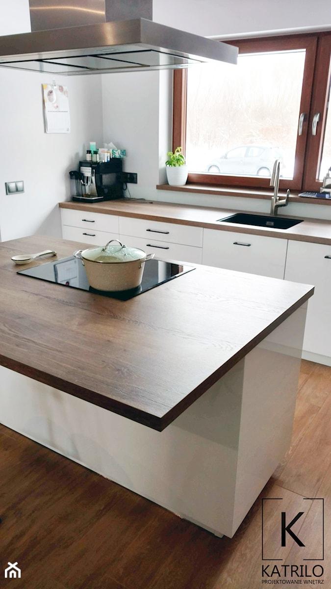 Realizacja dom jednorodzinny - Średnia otwarta biała kuchnia jednorzędowa w aneksie z wyspą z oknem - zdjęcie od Katrilo Projektowanie wnętrz