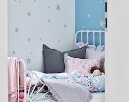 Wywiad - Mały biały niebieski pokój dziecka dla dziewczynki dla malucha, styl minimalistyczny - zdjęcie od czarnaewcia.pl